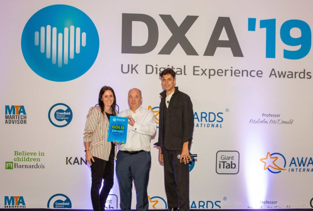 Frank McCarthy, Vizolution Account Director (RBS), collects the award from Nicola Harris, Head of Customer Experience Programmes at O2, and magician Ben Hart.